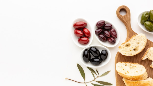 Olive assortment with bread slices with copy space Free Photo