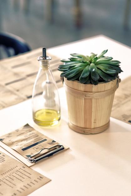 روغن زیتون در کنار یک گیاه در یک رستوران