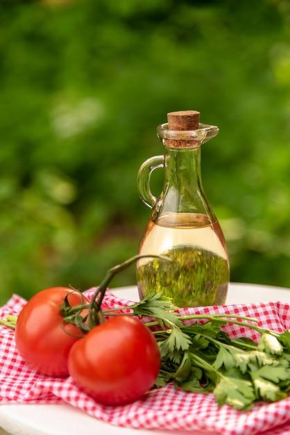 トマトとハーブのオリーブオイル。 Premium写真