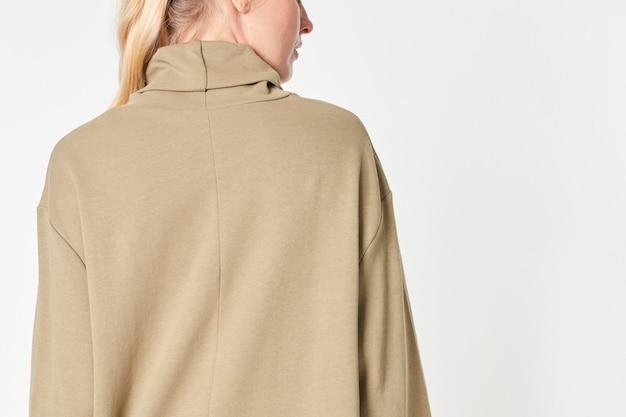 베이지 폴로 넥 드레스 모형의 오만 무료 사진