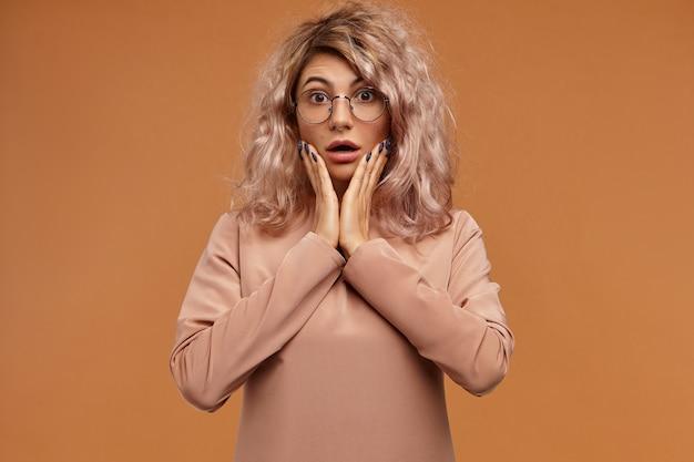 О, мой бог. выстрел эмоциональной смешной студентки с носовым кольцом, выражающим шок. удивленная шокированная молодая женщина в круглых очках широко открыла рот Бесплатные Фотографии