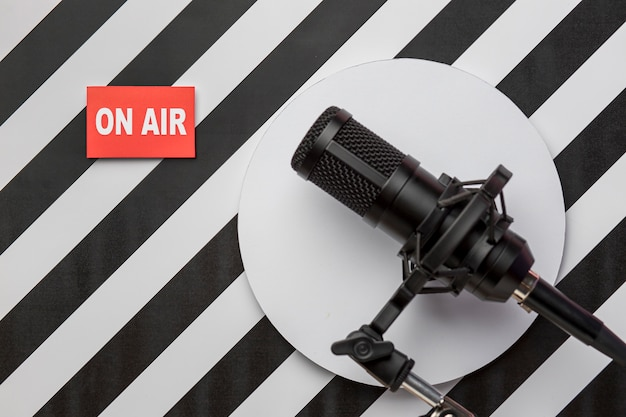 В эфире прямая трансляция радио, баннер и микрофон Бесплатные Фотографии