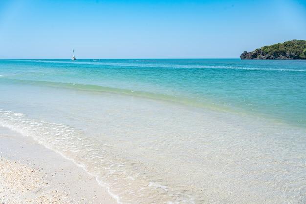 Koh Lipe로가는 길, 푸른 바다, 아름다운 물, 아름다운 하얀 해변. Khai Island에 돌이 있으며 태국 Satun Province La-ngu District의 Koh Tarutao에 있습니다. 프리미엄 사진