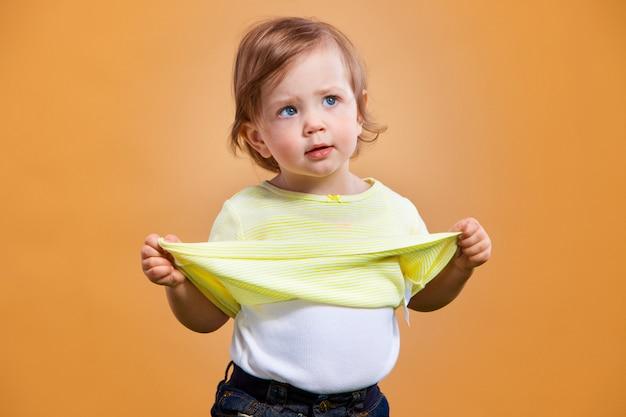 オレンジ色の1つのかわいい女の子 無料写真