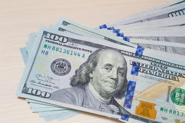 100米ドル紙幣、背景、100米ドル、現金紙幣、上面図 Premium写真