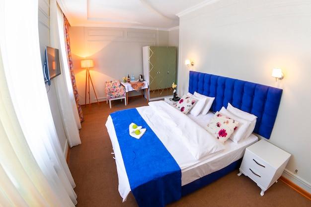 Номер в отеле с одной большой кроватью Бесплатные Фотографии