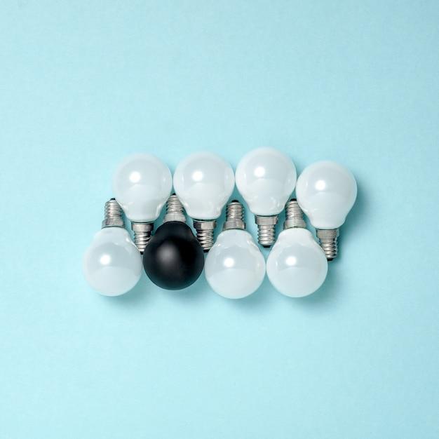 Una lampadina eccezionale, incandescente diversa. concetti di idea di creatività aziendale. design piatto Foto Gratuite