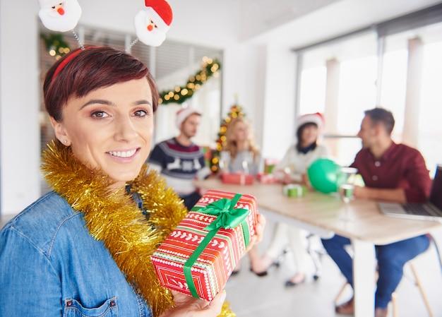 女性の一人がクリスマスプレゼントを贈りたい 無料写真