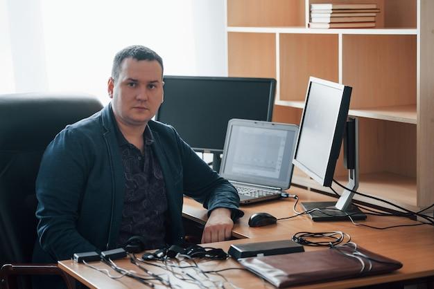 Una sola persona. l'esaminatore del poligrafo lavora in ufficio con l'attrezzatura della sua macchina della verità Foto Gratuite