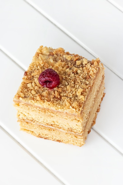 Один кусок домашнего медового торта на белом деревянном столе. выборочный фокус. Premium Фотографии