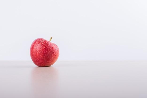 Одно красное яблоко. Бесплатные Фотографии