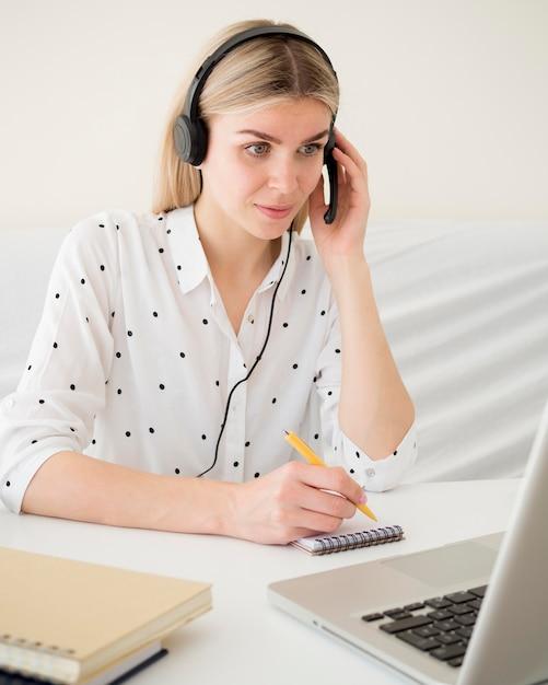 ヘッドフォンを持っている学生とのオンラインクラス 無料写真