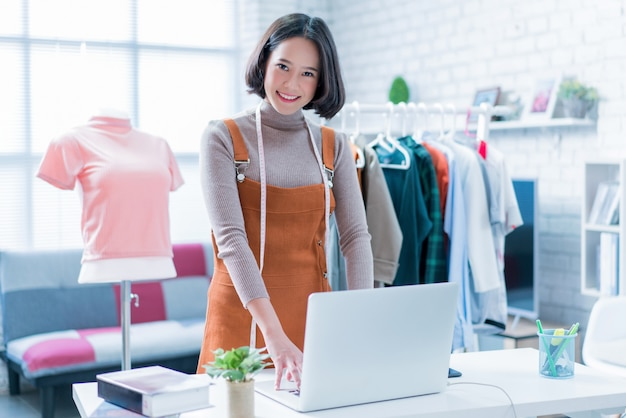 Online sales are answering customers' questions through their laptops Premium Photo