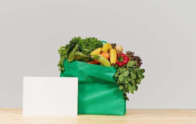オンラインショッピングの概念。新鮮な果物と野菜の食料品箱。コロナウイルス検疫中の宅配食品 Premium写真