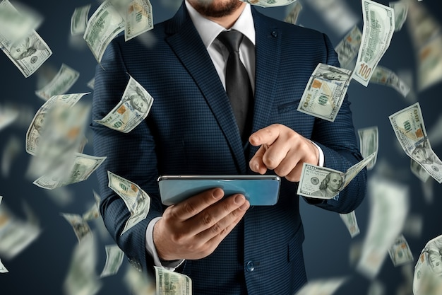 オンラインスポーツ賭博。スーツを着た男性がスマートフォンを持っていて、ドルが空から落ちています。創造的な背景、ギャンブル。 Premium写真