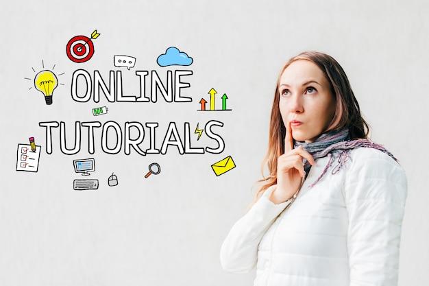 Онлайн концепция консультаций - девушка на белом космосе с текстом и значками, smartphone. Premium Фотографии