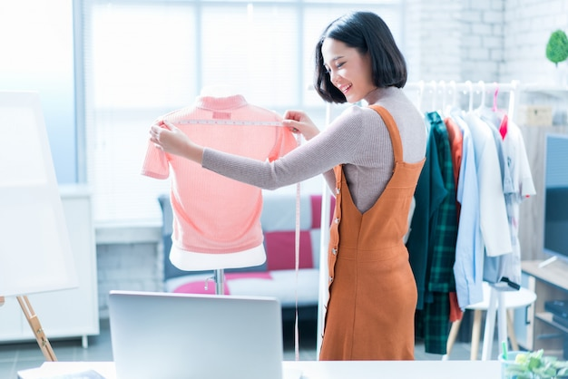 Online women sellers are selling clothes Premium Photo