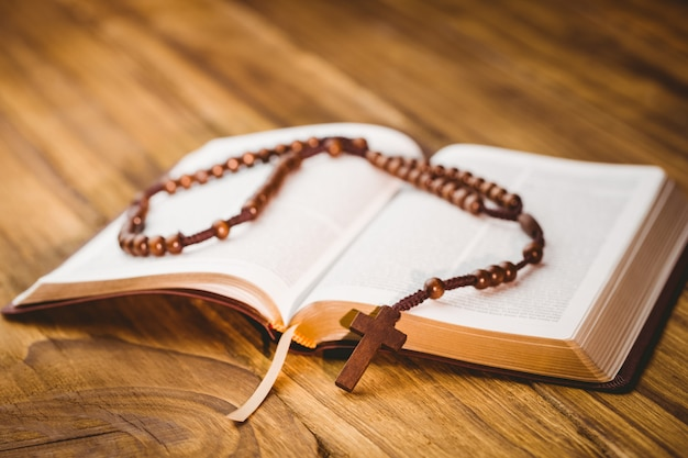 Open bible with rosary beads Premium Photo