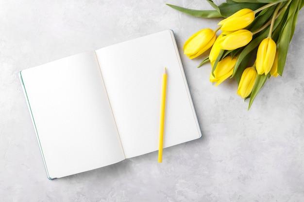 Open blank notepad Premium Photo