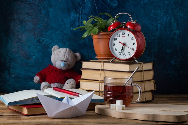 Открытый дневник, куча книг, ручка. концепция обучения знаниям Premium Фотографии