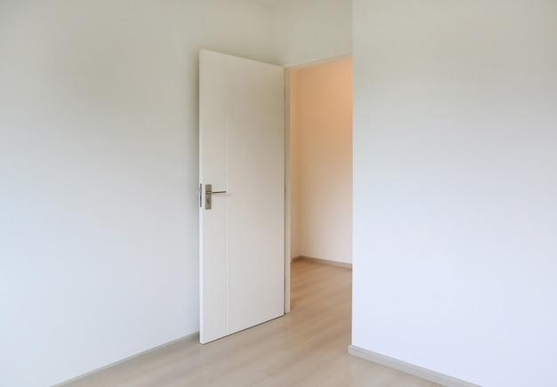 새 집의 흰색 방에 문을 열고 프리미엄 사진