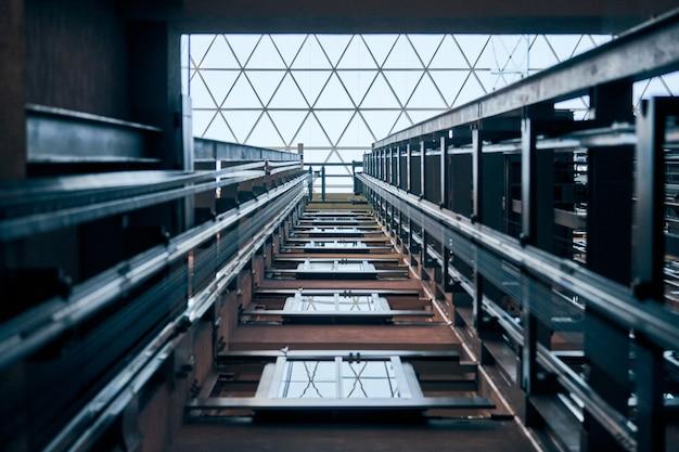 엘리베이터 리프트 샤프트 열기 프리미엄 사진