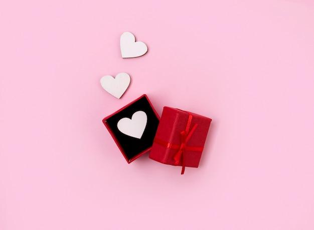 Открытая подарочная коробка с деревянными сердечками Premium Фотографии