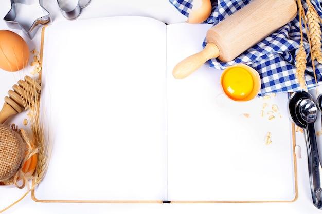 ノートブックを開くと基本的なベーキング成分 Premium写真