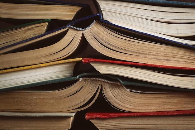 Открытые книги сложил друг другу. может использоваться как задняя поверхность Premium Фотографии