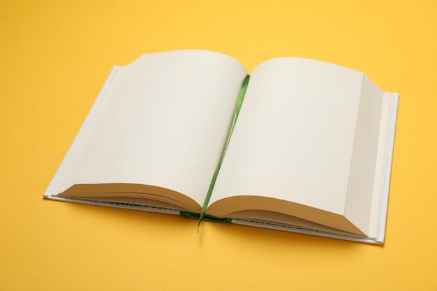 Открыта пустая книга на желтом пространстве, место для текста Premium Фотографии