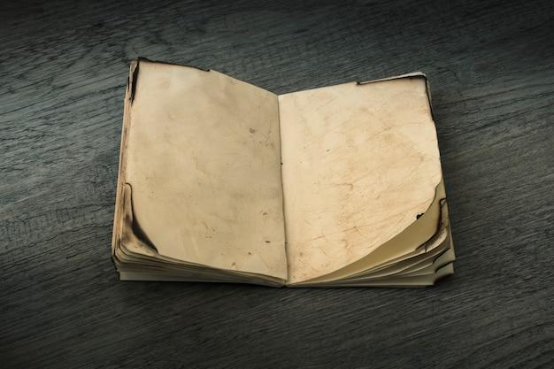 Buku catatan tua yang dibuka Foto Gratis