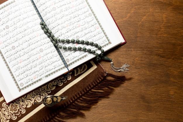 木製の背景にコーランを開く Premium写真