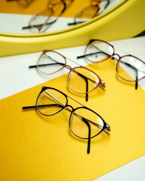 Оптические очки на столе Бесплатные Фотографии
