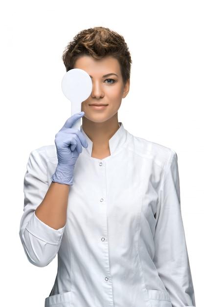 Концепция оптометрии - довольно молодая женщина закрывает глаза Бесплатные Фотографии