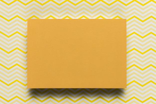 Cartone arancio con fondo del modello Foto Gratuite