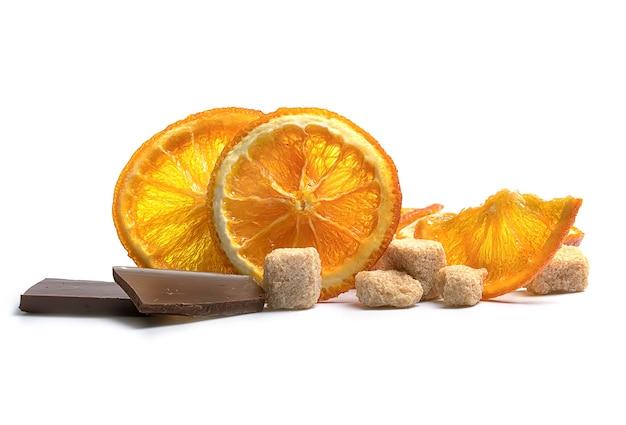 白に茶色のサトウキビ砂糖とオレンジチップス Premium写真