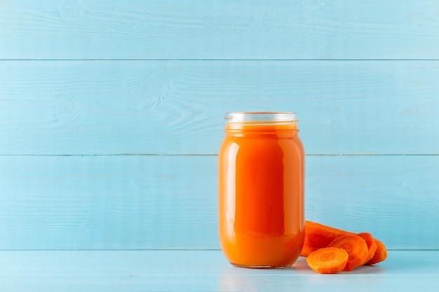 オレンジ色のスムージー/瓶入りジュース Premium写真