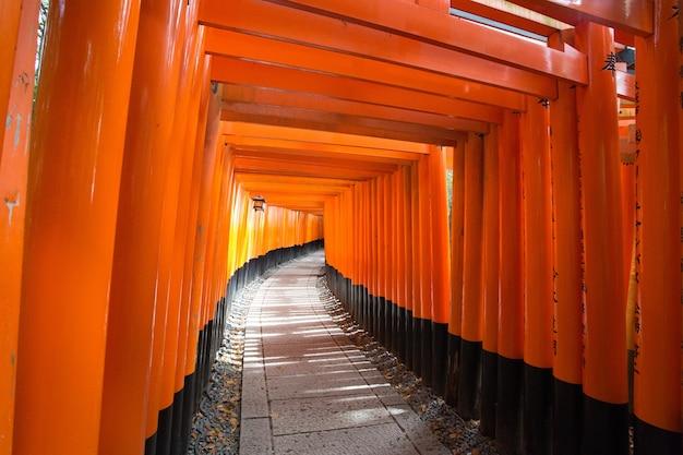 京都の伏見稲荷神社へのオレンジ色の入り口 無料写真