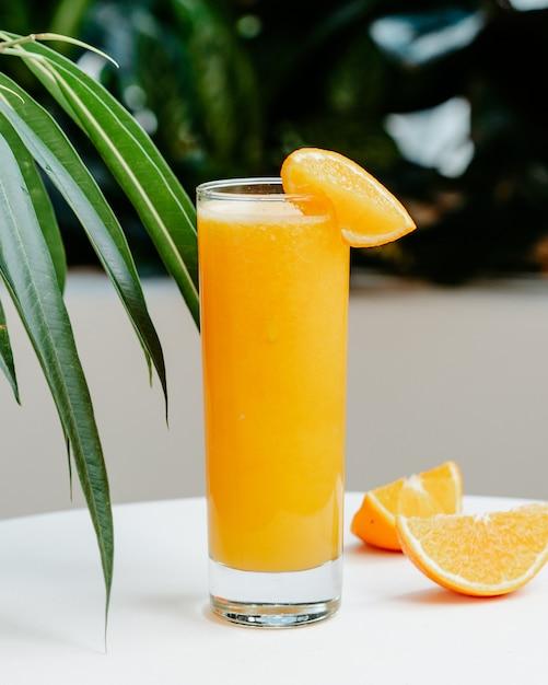 Arancia fresca sul tavolo Foto Gratuite
