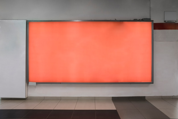 オレンジ色の屋内看板モックアップ Premium写真