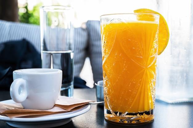 レストランでオレンジジュースと一杯のコーヒー 無料写真