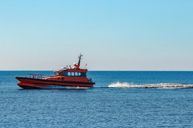 발트 해에서 빠르게 움직이는 오렌지 파일럿 선박 프리미엄 사진