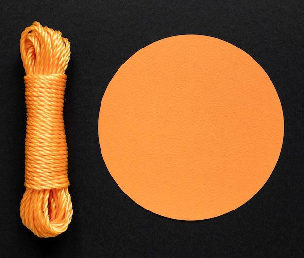 Оранжевая веревочная нить и круговая копия пространства Бесплатные Фотографии
