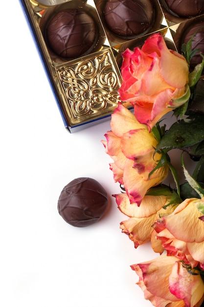 Orange roses with chocolate Premium Photo