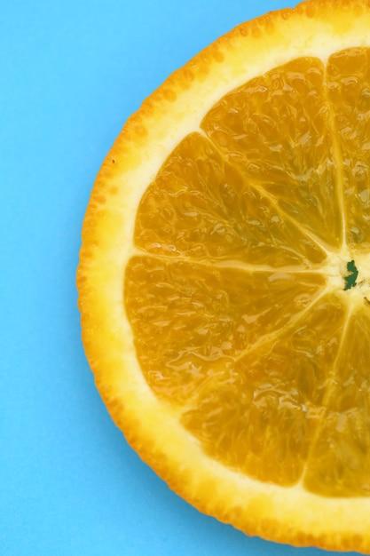 オレンジスライスマクロ。ジューシーな明るいオレンジ色のクローズアップ Premium写真
