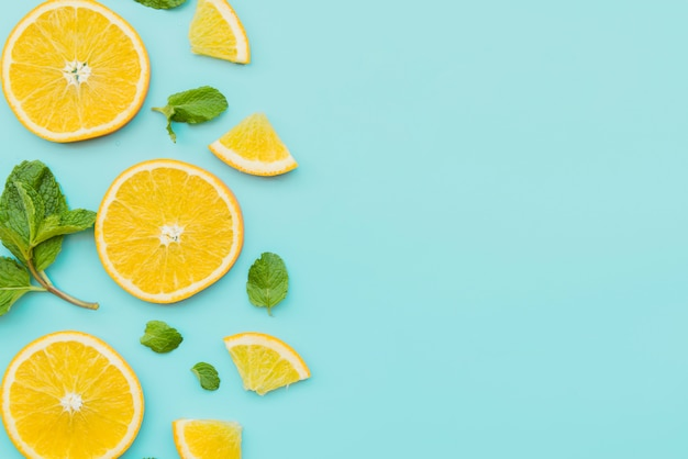 Orange slices and mint leaves on background Free Photo