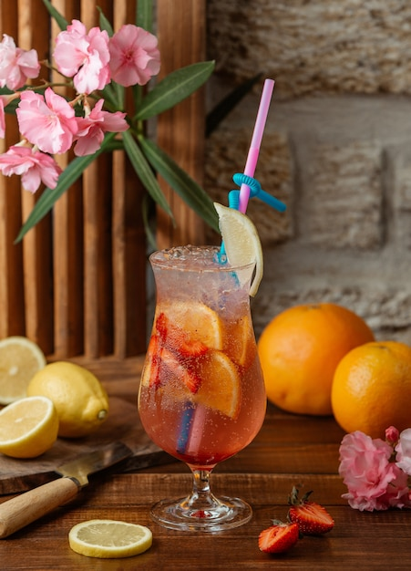 Orange and strawberry cocktail with strawberry and orange slices and ice Free Photo