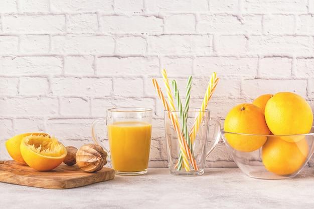 オレンジとオレンジジュースを作るためのジューサー Premium写真