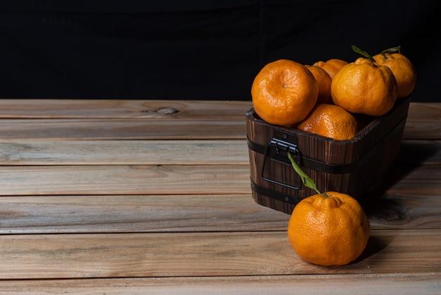 木製のテーブルに配置されたオレンジ Premium写真