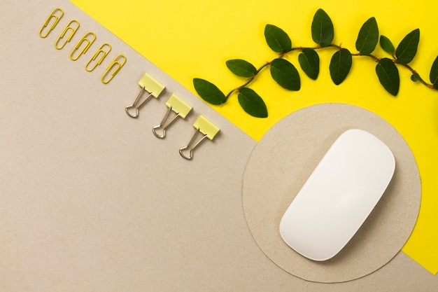 Ordered composition of office stuff Free Photo